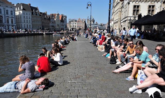 Gent acolhe 45 000 estudantes para uma população total de 250 000 habitantes, o que explica porque é uma das cidades mais animadas da Europa.