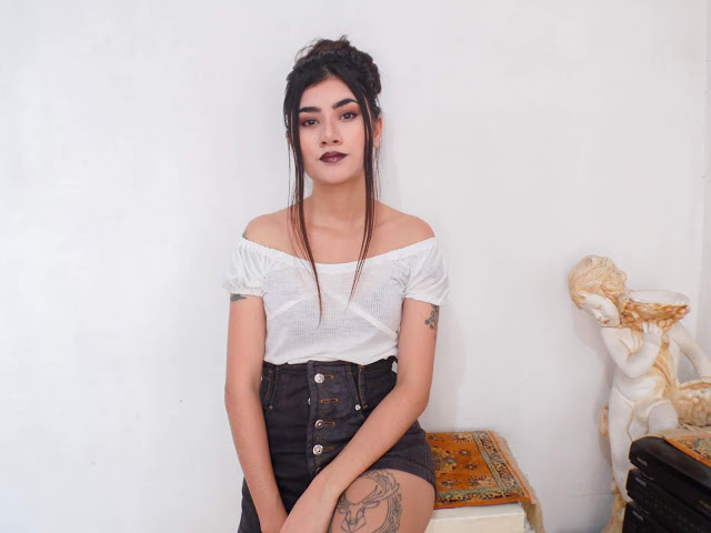 Look: Blusa ombro a ombro e shorts retrô