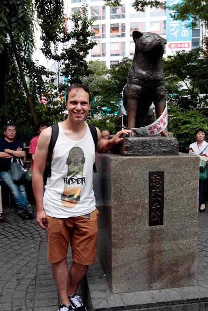 Alberto con la estatua de Hachiko