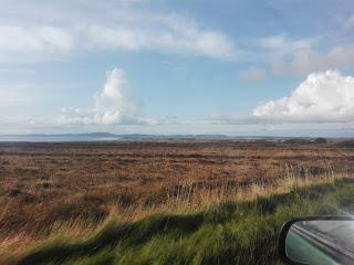 výhľad na vresovisko a more z auta