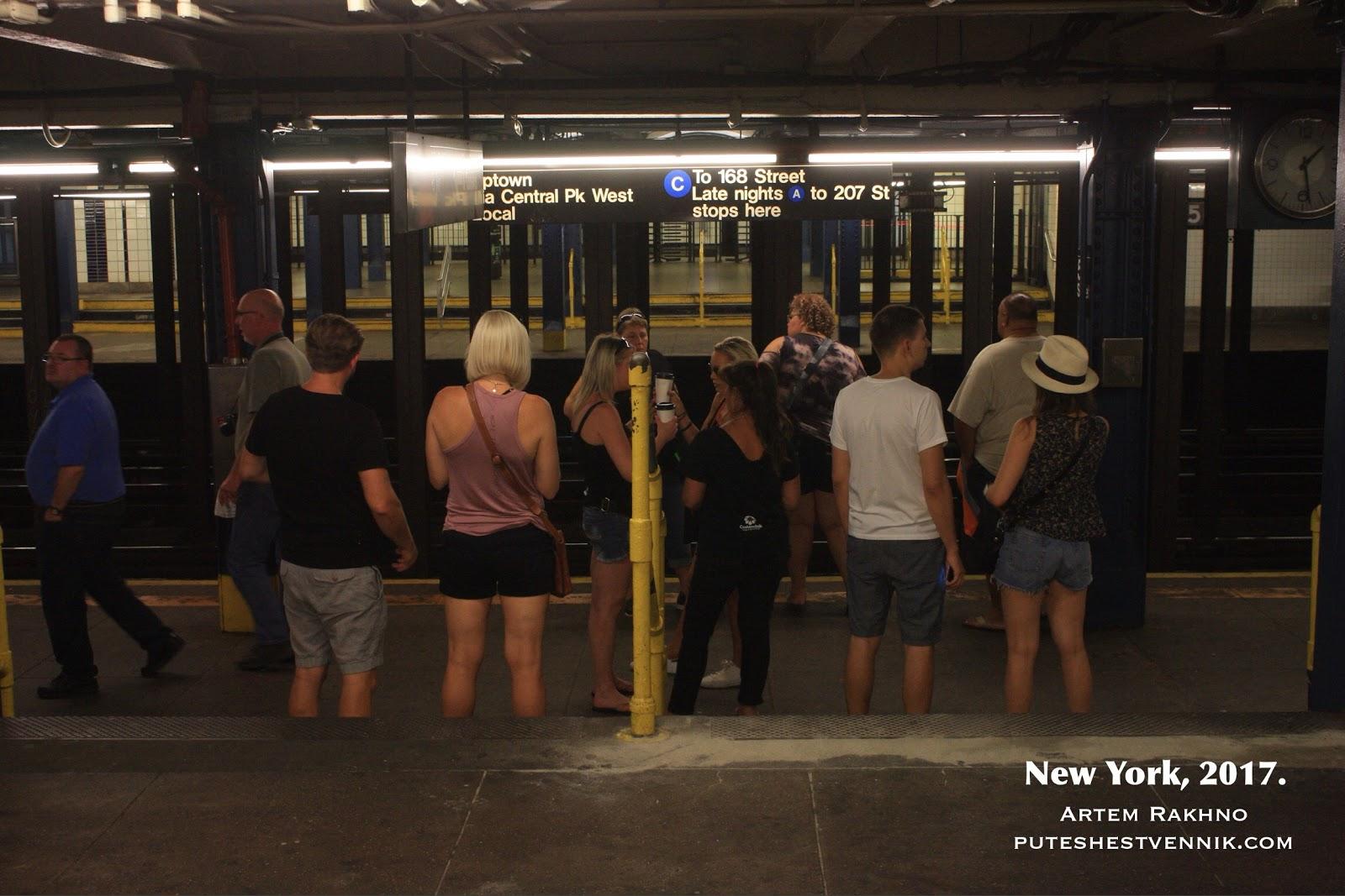 Пассажиры ожидают поезд в метро Нью-Йорка