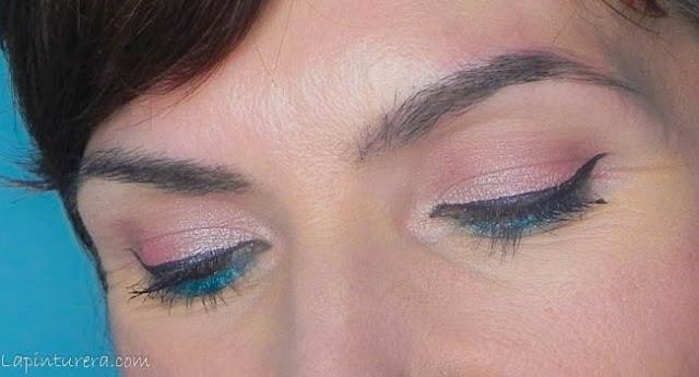 ojos cerrados look rosa coral y turquesa