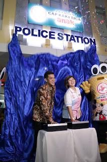 Penekanan tombol tanda peresmian ulang establishment Police Station Cap Kaki Tiga Anak
