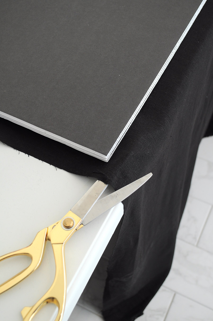 DIY tutorial for creating a chic and functional black linen & gold memo board using items found at the dollar store. Such a genius idea!
