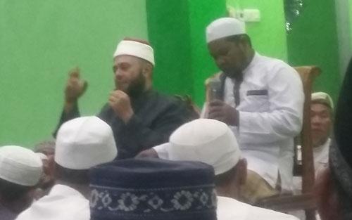 CERAMAH MAULID :   Syekh Assem Ahmed Ghazi Meshaal saat didampingi seorang penterjemah bahasa Arab saat beliau memberikan ceramah Maulid di Masjid Babul Jannah (16/110. Foto Asep Haryono