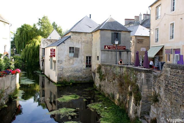 Il fiume che passa nel centro di Bayeux