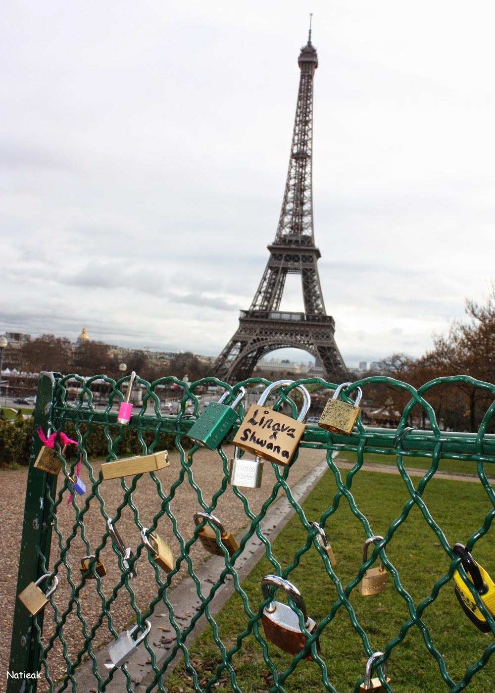 cadenas de l'amour vue sur la Tour Eiffel
