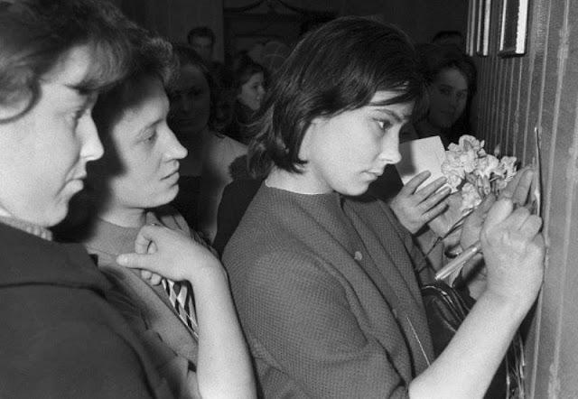 1963 год. Рига. Неделя русской литературы и искусства. Актриса Татьяна Самойлова (справа) дает автографы.