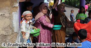 Tradisi Sebar Udikan di Kota Madiun merupakan salah satu tradisi unik di Indonesia yang dilakukan untuk menyambut maulid nabi