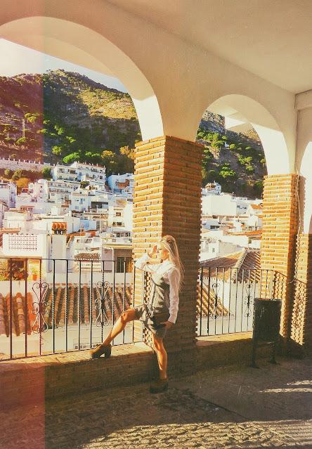 Alejandra Colomera mirando las vistas del pueblo de Mijas