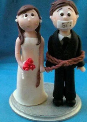 Pareja que se va a casar y el novio va amordazado y maniatado,