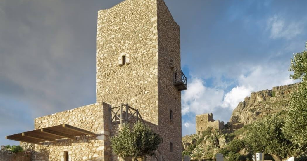 Jardins Du0027exception: Ancienne Tour En Pierre Transformée En Chambres Du0027hôtes  à La Vue Imprenable Sur La Mer