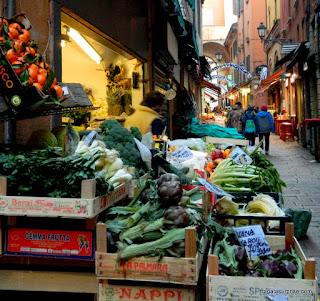 Produtos frescos no Mercato del Mezzo, Bolonha, Itália