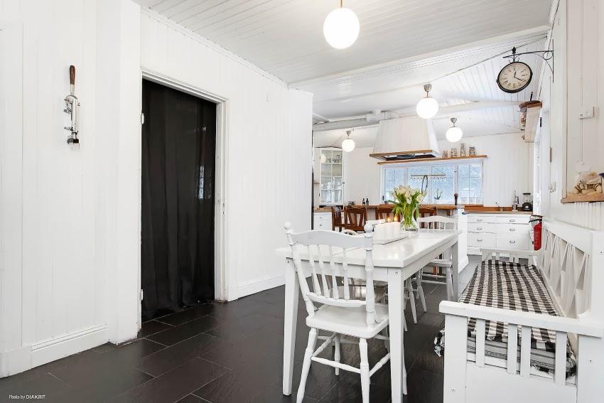 Fotele w niebieską kratę w skandynawskiej aranżacji, wystrój wnętrz, wnętrza, urządzanie domu, dekoracje wnętrz, aranżacja wnętrz, inspiracje wnętrz,interior design , dom i wnętrze, aranżacja mieszkania, modne wnętrza, styl skandynawski, białe wnętrze, shabby chic, kuchnia