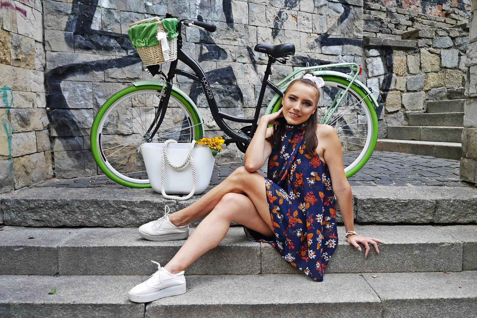 stylizacja na rower goetze czarno zielony opony sukienka w kwiaty karyn blog modowy blogerka modowa