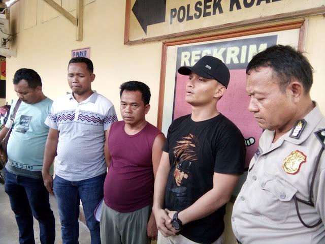 Kanit Reskrim Polsek Kualuh Hulu Ipda Gunawan Sinurat didampingi anggota dan supir truk Tamrin Panjaitan saat memberikan keterangan pers.