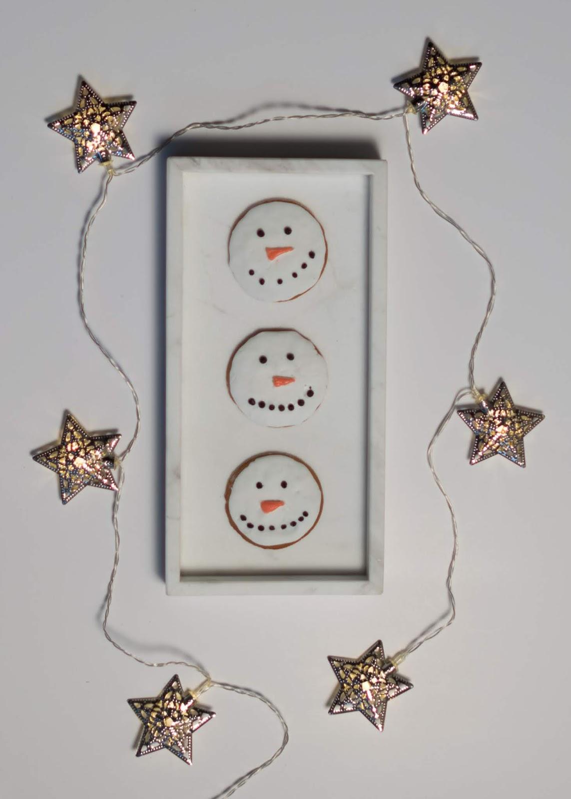 Flatlay-kuvaaminen lumiukko-pipareista