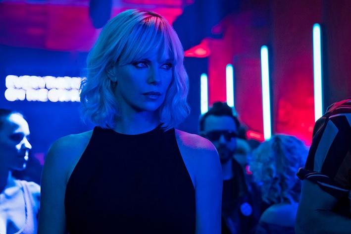 Złudne piękno pierwszego wrażenia – recenzja filmu <i>Atomic Blonde</i>