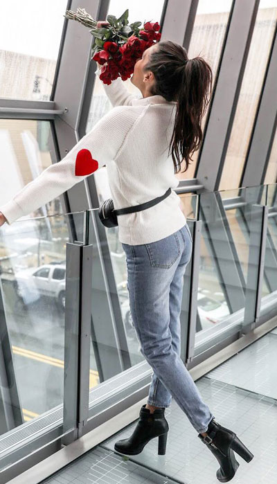 No matter what kind of date night you have planned for Valentine's Day. Here are 29 Romantic Valentines Day Outfits to Wow Your Date. Women's style + Fashion via higiggle.com | cute jeans outfits for women | #valentine #fashion #romance #heart