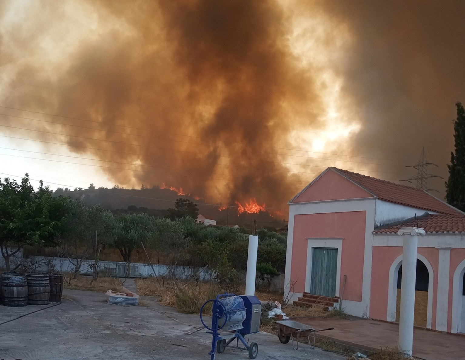 Φωτιά στη Ρόδο: Παραδομένο στις φλόγες το νησί