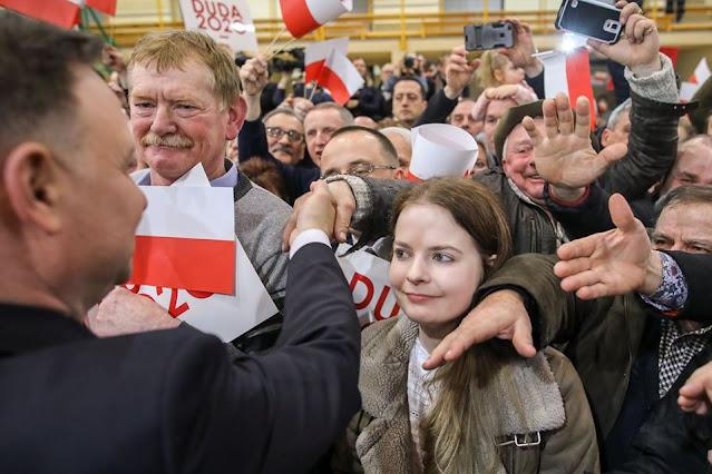 Andrzej Duda wita się z tłumem jego zwolenników