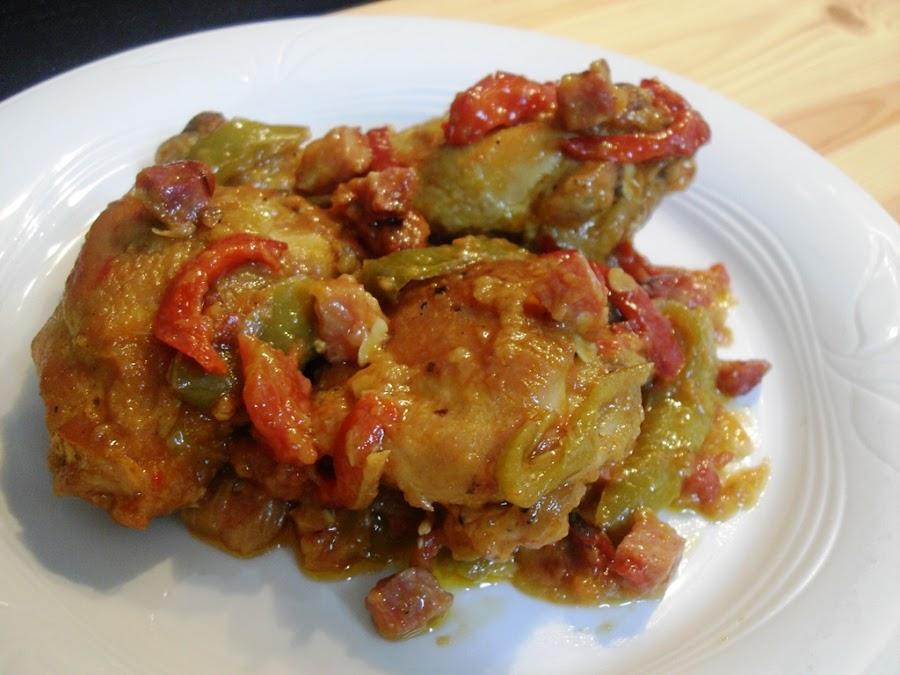 presentación en un plato de una ración de pollo al chilindrón con su salsa de verduras