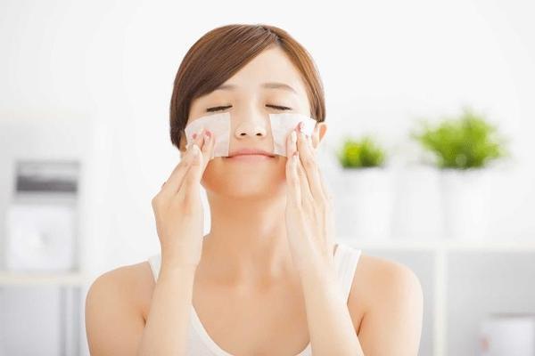 Sử dụng giấy thấm dầu là biện pháp tức thời cho da dầu