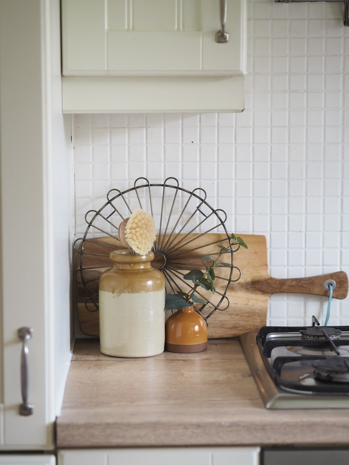 How to paint kitchen or bathroom tiles on a budget. Tips and advice on how to transform a room simply with tile paint, and give a new lease of life to a small kitchen. How to DIY your kitchen and get rid of dark or old fashioned tiles and backsplashes. DIY advice with this major project.