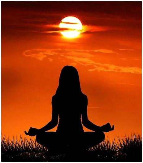 Aurinkoa kohti istuva  piirroskuva naishahmosta, joka istuu tyypilliseksi oletetussa lootusasennossa.