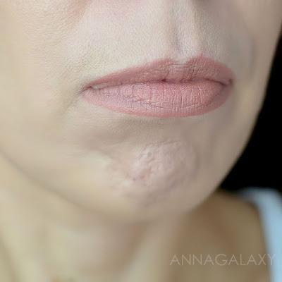 Пудровая помада для губ Faberlic 40991 темный розовый выглядит симпатично на губах