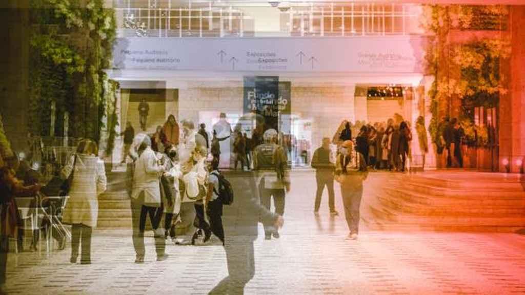 CCB Lisboa - Natal 2020 - Face ao momento que vivemos e de forma a dinamizar os espaços CCB, este ano decidimos convidar todos os Lojistas e as Bilheteira do CCB a sair à rua. A ideia é trazer o interior de cada loja para o exterior e criar uma dinâmica mais próxima do público que nos visita.