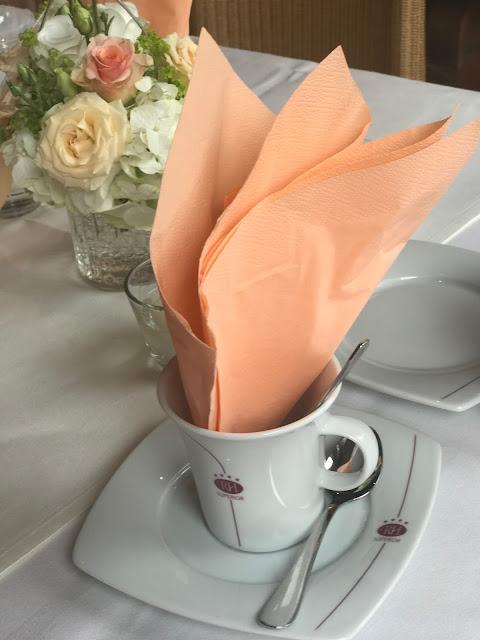 Kaffeetafel Regenhochzeit, Apricot, Lachs, Pfirsich, heiraten in den Bergen, Hochzeitshotel Riessersee Garmisch-Partenkirchen, Bayern, Hochzeitsplanerin Uschi Glas