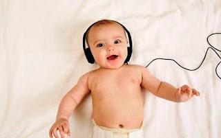 Foto gambar bayi lucu mendengarkan musik 10