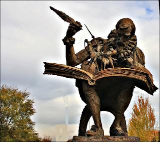Cervantes escribe El Quijote ante sus dos personajes.