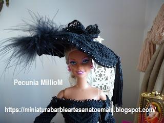 Vestido de Época em Crochê Para Boneca Barbie - Sra. Inglesa do Séc. XVIII Por Pecunia MillioM chapeu 1