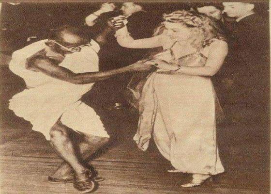 विदेशी महिला के साथ गांधी नाच रहें थे