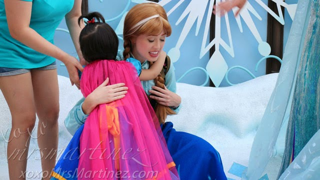 Frozen elsa anna at hong kong disneyland xoxo mrsmartinez i think we were the last in line so we had a little bit more time than the rest my daughter appeared shy when she met the two frozen characters m4hsunfo