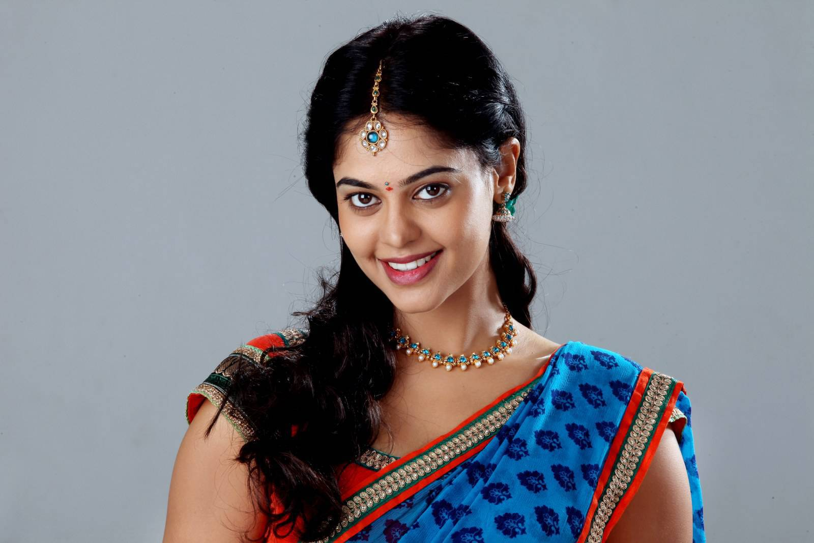 bindu madhavi hip show in blue saree ~ tamil cute girls