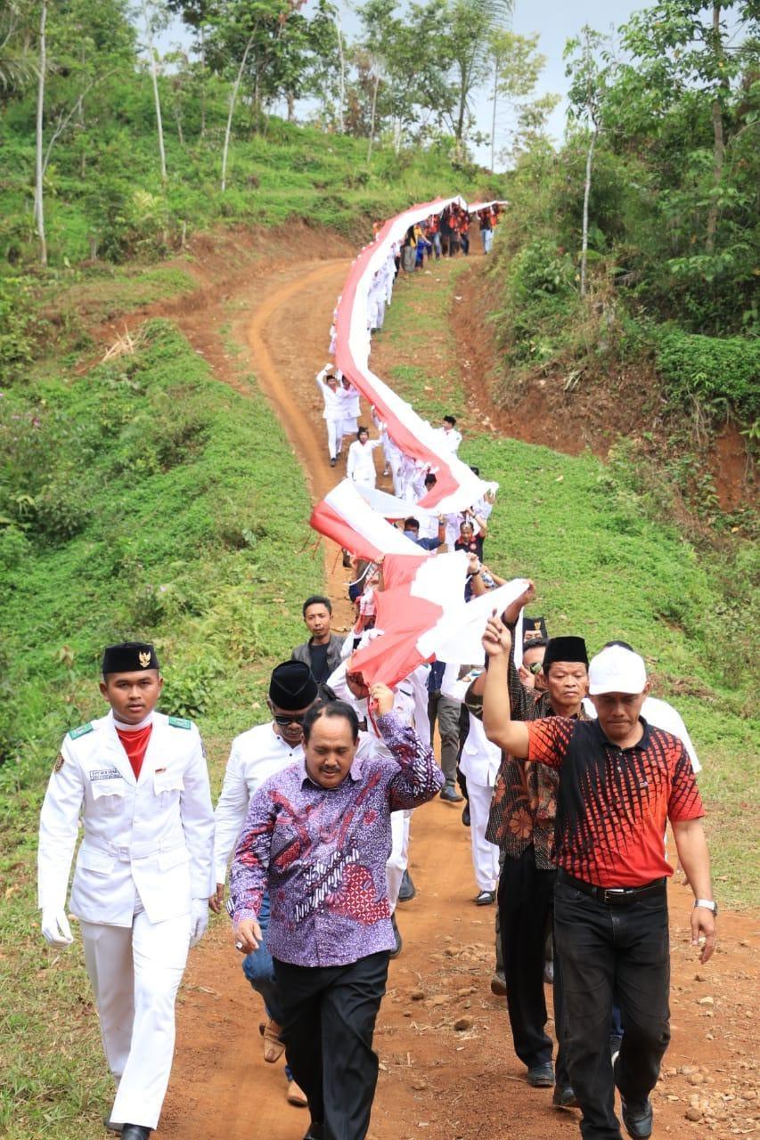 Rayakan HUT RI ke-74, Bupati Pangandaran Bersama Warga Langkaplancar Kibarkan 2700M dan 1000 Bendera Merah Putih