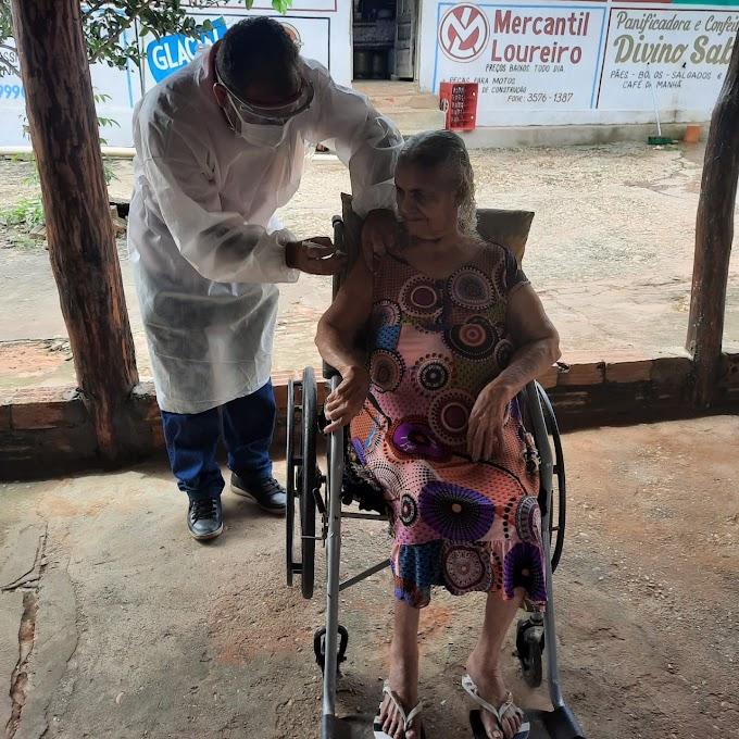 """""""Estou feliz!"""", diz idosa de quase 100 anos ao ser vacinada em casa"""
