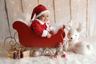 bebê com roupinha de natal em treno