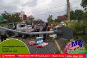Mobil Pengangkut Pakan Ternak di Jember Seruduk Tiang Listrik