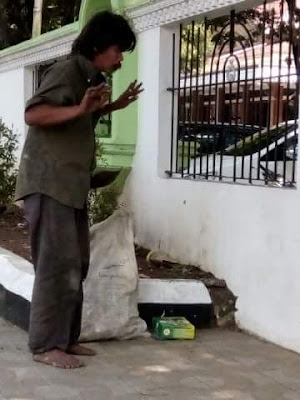 'Orang Gila' Sedang Sholat Di Luar Pagar Masjid Garut Ini Hebohkan Netizen