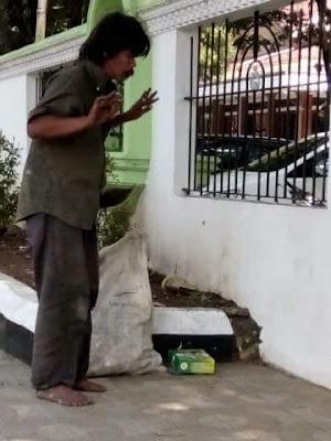 Orang Gila Sedang Sholat Di Luar Pagar Masjid Garut Ini