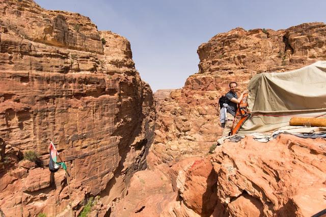 Cruzando al mirador que está pegado al café que está en el mirador superior del Tesoro de Petra, Jordania