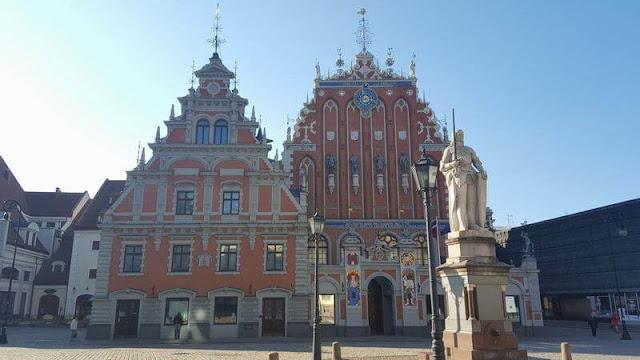 Plaza Rätslaukumssta o ayuntamiento de Riga de día