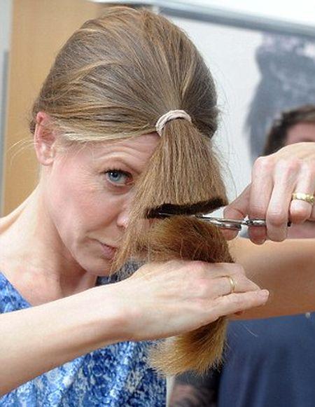 كيف تستطيع المرأة قص شعرها بنفسها؟ 11.jpg