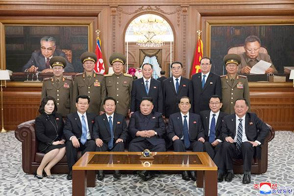 kim jong un with members of the state affairs commission