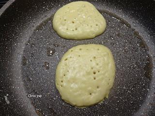 pancakes που έχουν ψηθεί απο την μια πλευρά και έχουν κανει τρυπίτσες