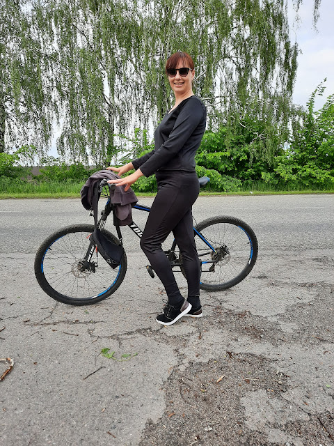 https://femmeluxefinery.co.uk/products/black-long-sleeve-v-neck-leggings-loungewear-set-acadia